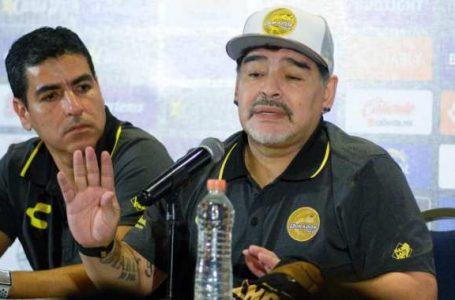 مارادونا يهدد بالاستقالة بسبب الأخطاء التحكيمية